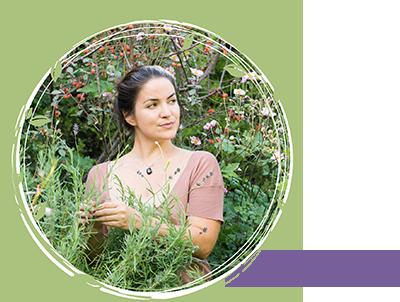 Nina Laube Porträt in Blumengarten